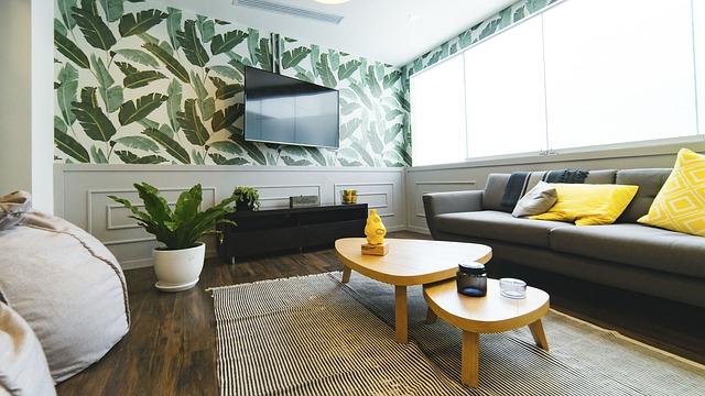 salon z ozdobną tapetą