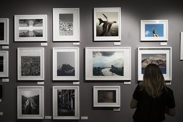 zdjęcia rozwieszone na ścianie