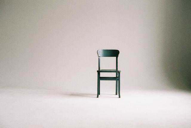 Krzesła plastikowe w aranżacji wnętrz, co oferują nam sklepy?