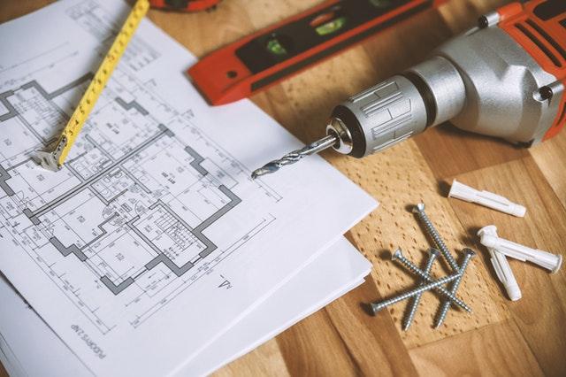 Narzędzia i plan budynku do remontu