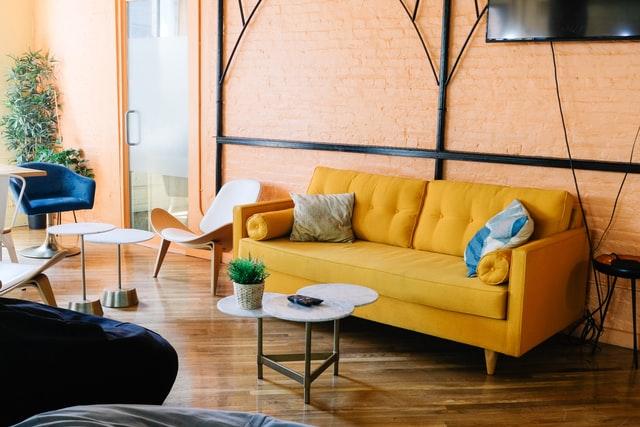 Salon z żółtą kanapą