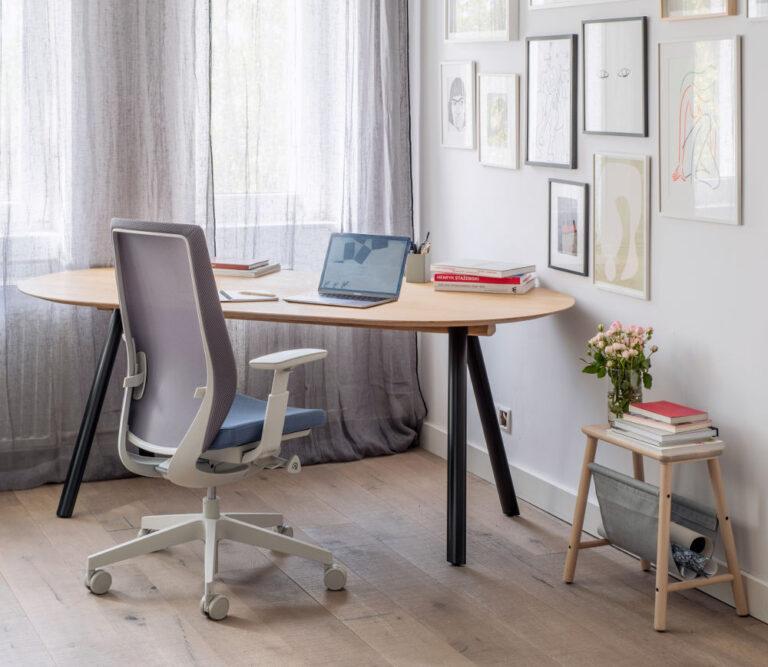 krzesło ergonimiczne przy biurku