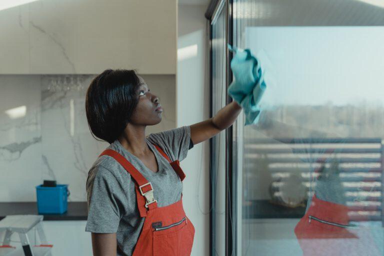 sprzątająca kobieta